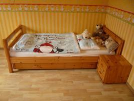 1 Kinderbett mit Nachttisch