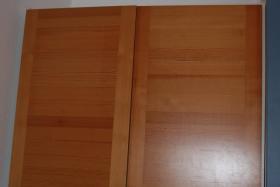 1 Kleiderschrank helles Holz 1 m breit (nur Regalbretter)