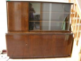 100 Jahre alter Holzschrank mit Glasvitrine