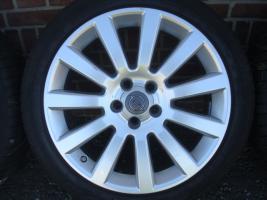 18 Zoll ursprünglichen Opel OPC Felgen & Reifen (Einsatz 5 X 110)  Farbe: Silber Durchmesser: 18 Zoll Rastermaß: 5 x 110 Offset: 41 Reifenmarke: Dunlop Reifengröße: 215 / 40R18 Preis: € 1199.-  Solange die Anzeige immer noch leuchtet, sind die Felgen noch