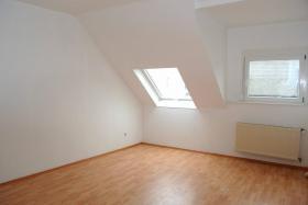 Foto 2 2/3-ZI Dachgeschosswohnung mit einbauküche. ZENTRAL. PROVISIONSLOS