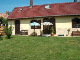 2 Häuser mit Pool , Liegefläche und großem Rieddachhaus !!!