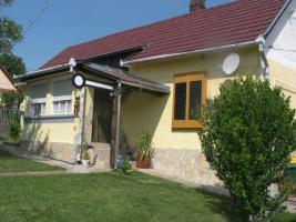 Foto 3 2 Häuser mit Pool , Liegefläche und großem Rieddachhaus !!!