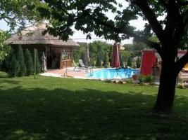 Foto 4 2 Häuser mit Pool , Liegefläche und großem Rieddachhaus !!!