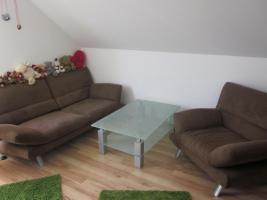 2 Sitzer, Sessel und Couchtisch