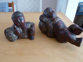 2 große Buddha Holzfiguren aus dunkelrot Holz mit farbigen Steine