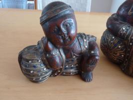 Foto 2 2 große Buddha Holzfiguren aus dunkelrot Holz mit farbigen Steine