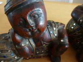 Foto 5 2 große Buddha Holzfiguren aus dunkelrot Holz mit farbigen Steine