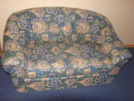 2- Sitzer Couch, grün/beige gemustert, mit ausziehbarer Schublade
