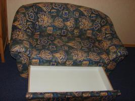 Foto 2 2- Sitzer Couch, grün/beige gemustert, mit ausziehbarer Schublade