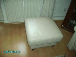 3-2-1 Sitzer mit Hocker, Leder perlweis, Füße Buche nußbaum, alle Rücken echt bezogen, deutsches Fabrikat, gut erhalten für VB 1100€