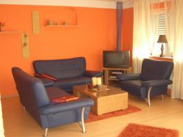 3-2 und 1 Sitzer (Sofa in blauen Lederimitat mit Chromfüßen)