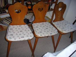 3antike Bauernstühle mit abnehmbarem Sitzpolster