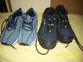 Foto 2 4 Paar Schuhe, kleiner blauer Rucksack