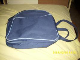 Foto 3 4 Paar Schuhe, kleiner blauer Rucksack