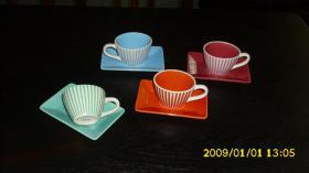 4 kleine Kaffeetassen mit Unterteller