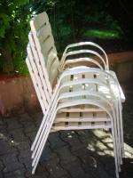 4 weiße Gartenstühle