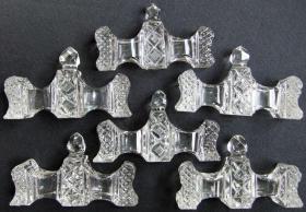 6 Messerbänkchen aus geschliffenem Kristallglas mit schönen Verzierungen