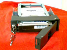 Foto 2 --ACHTUNG-- Laufwerksschubfach für SATA Festplatten+300GB SATA