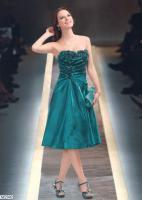 Abendkleid Cocktailkleid 2302 mit Petticoat und Blumen mit Perlen Dekolleté. Das figurbetonte Kleid kaschiert dennoch durch das Raffdesign die eine oder andere Problemzone. Optische Akzente werden durch das vorne geteilte aber rundum geschlossene Kleid mi