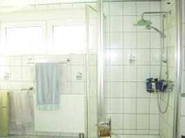 Badezimmer mit Dusche und zwei Kipp/Dreh-Fenster