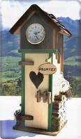Alpenländisches Plumpsklo mit Uhr und hochprozentigen Inhalten