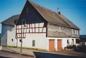 Alter Bauernhof mit Grünland