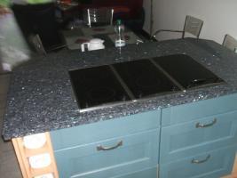 Anbauküche mit Kochinsel und Graniarbeitstplatten