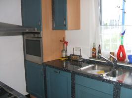 Foto 2 Anbauküche mit Kochinsel und Graniarbeitstplatten