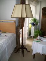 Antike Stehlampe mit Schirm
