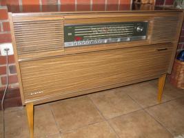 Foto 2 Antike Stereoanlage mit Radio und Plattenspieler