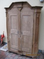Antiker Holzkleiderschrank abzugeben