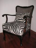 Antiker Stuhl mit Bezug im Zebra-Design