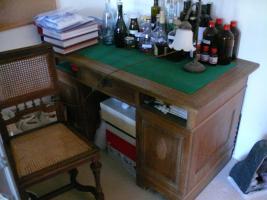 Antiquarischer Schreibtisch mit Stuhl und Lampe