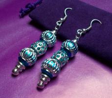 Außergewöhnliche individuelle  Ohrhänger mit Beads & Charms.
