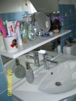 Foto 3 Badschrank mit Spiegel, Armaturen in hochglanz weiß, sehr modern