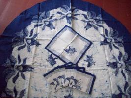 Batik-Tischdecke mit Servietten.