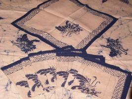 Foto 3 Batik-Tischdecke mit Servietten.