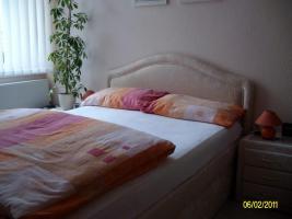 Foto 2 Bett, und 2 Lamellenjalousie