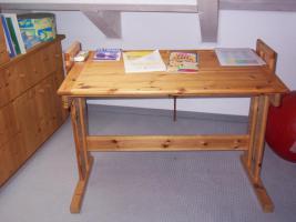 Foto 3 Bett, Eckbank mit Tisch,  Kinderschreibtisch, kleine Stereoanlage