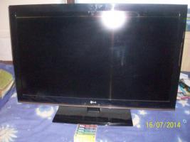 Foto 2 Biete Günstigen Voll Funktionsfähigen 2 jahre Flachbild Full HD TV von LG an.