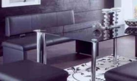 Biete eine Sitzbank mit Lehne aus Kunstleder in schwarz