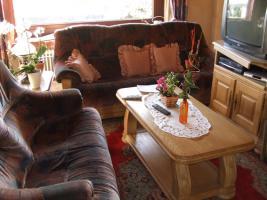 Biete massive Wohnzimmersitzgarnitur (3-Sitzer, 2-Sitzer, Sessel, Hocker, 2 Tische) zum Selbstabholen