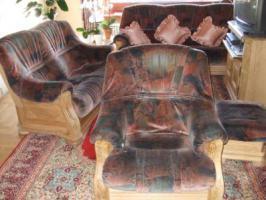 Foto 2 Biete massive Wohnzimmersitzgarnitur (3-Sitzer, 2-Sitzer, Sessel, Hocker, 2 Tische) zum Selbstabholen