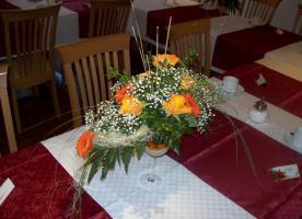 Biete verschieden Blumenschmuck (Tischgestecke, Autogestecke, usw.)