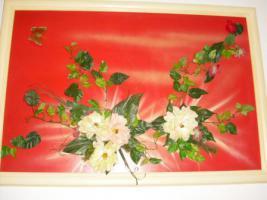 Bild mit Kunststoffblumen beklebt