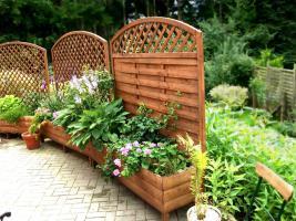 blumenk bel mit rankengitter terrassen sichtschutz in. Black Bedroom Furniture Sets. Home Design Ideas