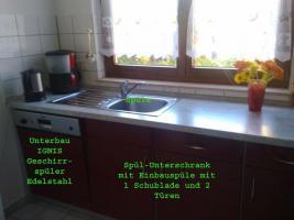 Foto 3 Bordeauxrote Hochglanz Küche mit E-Geräten