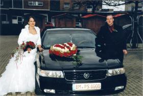 Foto 3 Brautkleid weiß mit bordeaux Nackholder und Blüte (Gr. L)