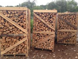Buche-Brennholz in Paletten